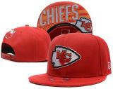 El mar de las gorras de béisbol Hawks los sombreros