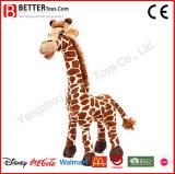 Jouets réalistes de giraffe de peluche de peluches