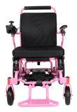 O uso do curso todo o terreno fácil carreg a cadeira de rodas elétrica de dobramento da bateria de lítio