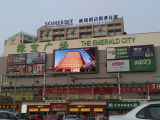 Rue P10 extérieure annonçant l'écran de LED