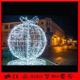 A esfera ao ar livre clara do Natal do feriado ilumina a esfera grande do Natal