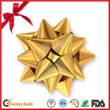금속 별은 크리스마스 선물 상자를 위한 리본을 머리를 숙인다