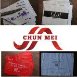 T-shirt die Plastic Zak inpakken