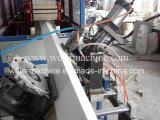 PVC外壁は生産ラインにパネルをはめる
