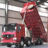 中国はSinotruck HOWO 8X4のダンプトラックをトラックで運ぶ