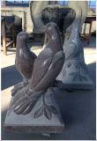 De Duif van de vrede voor het Voetstuk van de Crematie van de Urn van het Voetstuk van het Voetstuk van het Graniet in de Tuin van de Begraafplaats