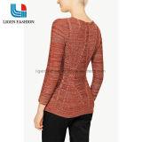 流行の先端を行く女性のスカートのHemlineが付いている編まれたセーターの衣服