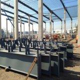 Magazzino d'acciaio chiaro della costruzione con la colonna concreta