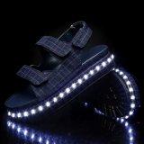 Популярная имитация СИД эксплуатируемое батареей обувает светлую сандалию