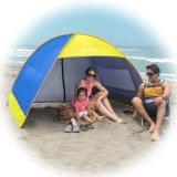 Lo schermo di Sun istante schiocca in su la tenda di ombrello della spiaggia della famiglia (baracca del riparo)