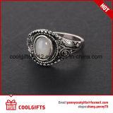 De Ring van het Oog van de ronde Zilveren Kat van de Juwelen van de Diamant die voor Gift wordt geplaatst