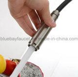 La tapa saca el mezclador sanitario del fregadero de cocina de las mercancías del cromo de cobre amarillo del eslabón giratorio del aerosol 360