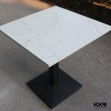 小さい大理石の石造りの固体表面のテーブルの上