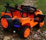 건전지에 의하여 운영한 장난감 차가 장난감 차 궤도에 의하여 전차 농담을 한다
