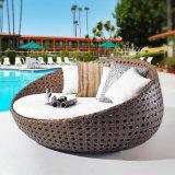 Daybed di menzogne esterno di Sun della mobilia delle presidenze di spiaggia del salotto del rattan del PE del rattan del terrazzo esterno del giardino