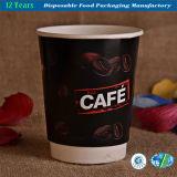 Tazas de papel aisladas de pared doble disponibles del café caliente