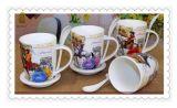スプーンが付いている個人化されたビジネスロゴの陶磁器の決め付けられたコーヒー・マグの広告