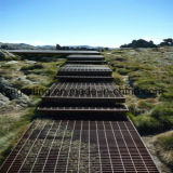 乾燥したフィールドの鋼鉄通路