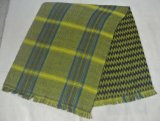 格子縞、シェブロンおよびすり切らされた端が付いている両面アクリルの編まれた総括的なスカーフ