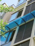 Toldo Unbreakable fixado na parede da varanda do terraço do policarbonato