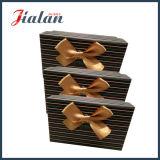 Modificar las ventas al por mayor para requisitos particulares baratas impresas insignia que empaquetan el rectángulo de regalo de papel de la cinta