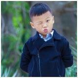 신생 아기를 뜨개질을 하는 모직은 소년 겨울 외투를 입는다