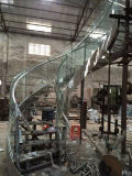 現代曲げられたガラスステアケースか螺旋形のステアケースデザインまたは曲げられたガラス柵