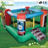 屋外の運動場は子供、子供の屋内運動場小型膨脹可能な水トランポリンをもてあそぶ