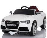 Audi RS5 a autorisé la conduite sur des gosses de jouet de véhicule