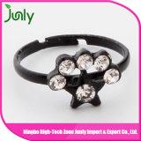 中心の形のプラスチックリングの方法黒ダイヤのリング