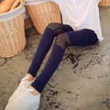 El otoño de las mujeres considera a través la tira en las rodillas Legging