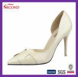 Zapatos blancos de marfil del alto talón de las señoras