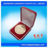 Los militares de encargo del deporte de las medallas conceden la medalla con el embalaje del rectángulo