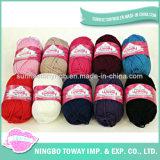 純粋な毛糸を編む手の編む手袋