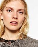 Gevormde Vrouwen die Sweater breien