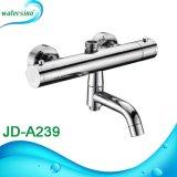 La superficie mescolantesi dell'acqua calda e fredda della stanza da bagno ha montato il rubinetto dell'acquazzone del termostato