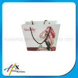 ハンドルが付いているカスタマイズされた贅沢な上塗を施してある1つの側面のペーパーギフト袋