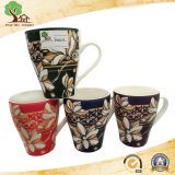 Taza de cerámica con diseño decorativo clásico