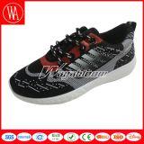 歩きやすい偶然の靴、余暇のスポーツの人の靴