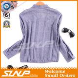 女性の方法衣服の女性によって編まれるワイシャツ