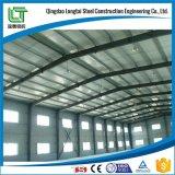 Lavoro d'acciaio nel magazzino dell'acciaio della costruzione di edifici