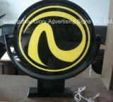 Muestra de acrílico iluminada que hace publicidad del rectángulo ligero giratorio
