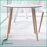 現代コンパクトの積層物HPLの家具のテーブルの上
