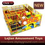 Os miúdos dividem o equipamento macio interno do campo de jogos do exercício (T1503-8)