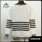 Le bande in bianco e nero classiche delle donne hanno lavorato a maglia il maglione