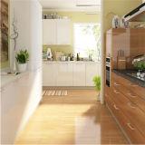 Alto armadio da cucina moderno lucido su ordine