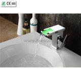 Solo grifo de cobre amarillo del lavabo de la cascada de la manija LED de la alta calidad (QT14510F)
