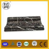 黒い人工的な大理石のまわりを回るタイル