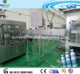 Maquinaria de enchimento da água bebendo do frasco do animal de estimação