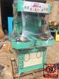 靴底の押す機械に蹄鉄を打たせる機械工場に靴